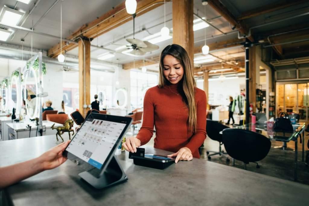 Zakelijk geld lenen zonder geld en automatisch terugbetalen via pinbetalingen